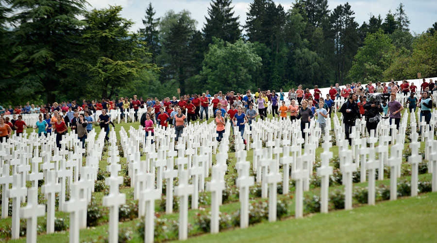 French and German youths take part in a show at the French National cemetery outside the Douaumont Necropolis and Ossuary during a ceremony, France, May 29, 2016 © Jean-Christophe Verhaegen