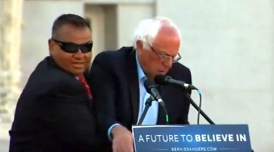 Sanders' Secret Service agents tackle protesters at huge Oakland rally (VIDEO)