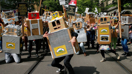 Protesters dressed as robots demand a basic income for everyone during a demonstration at the Bahnhofstrasse in Zurich, Switzerland April 30, 2016. © Arnd Wiegmann