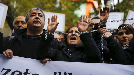 Demonstrators raise their chained hands during a protest over the arrest of journalists Can Dundar and Erdem Gul in Ankara, Turkey, November 27, 2015. File photo. © Umit Bektas