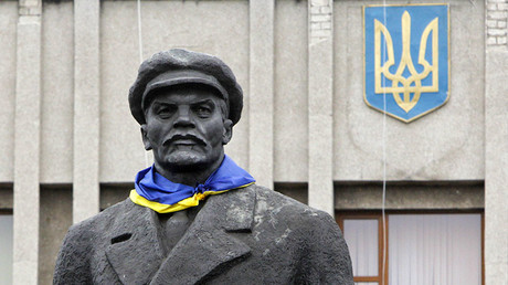 A Ukrainian flag is attached to a monument of the Soviet state founder Vladimir Lenin © Valentyn Ogirenko