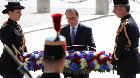 French President Francois Hollande lays a wreath during a ceremony to mark the end of World War Two in Paris, France, May 8, 2016. © Philippe Wojazer