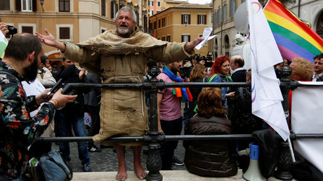 A man protests in front of the Parliament during the final vote on gay and unmarried civil unions at Italy's lower house of Parliament in Rome May 11, 2016. © Alessandro Bianchi