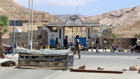 Yemeni soldiers stand guard outside a public security camp following a reported suicide attack in the southeastern Yemeni port of Mukalla on May 15, 2016. ©Stringer