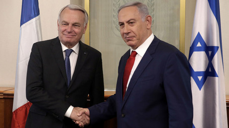 Israeli Prime Minister Benjamin Netanyahu (L) shakes hands with French Foreign Minister Jean-Marc Ayrault on May 15, 2016 during a meeting at the Prime Minister's office in Jerusalem. © Menahem Kahana