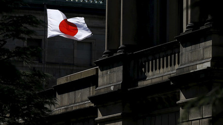 A Japanese flag flutters on the Bank of Japan building in Tokyo © Toru Hanai