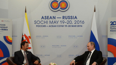 Russian President Vladimir Putin and Sultan of Brunei Hassanal Bolkiah during Russia - ASEAN forum in Sochi © Grigoriy Sisoev