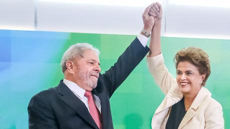 Dilma Rousseff (R) greets Brazil's former president Luiz Inacio Lula da Silva. © Roberto Stuckert Filho