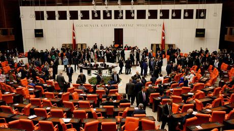 Turkish lawmakers attend a debate at the Turkish parliament in Ankara, Turkey, May 20, 2016. © Umit Bektas