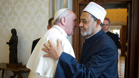 Pope Francis greets Sheikh Ahmed Mohamed el-Tayeb (R), Egyptian Imam of al-Azhar Mosque at the Vatican, May 23, 2016. © Osservatore Romano
