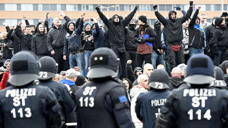 Protesters gesture during a demonstration against Islamists by neo-Nazis and self-styled soccer hooligans in Hanover © Fabian Bimmer