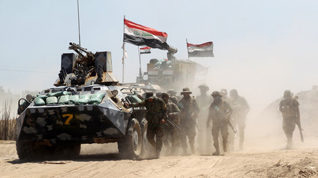 Iraqi government forces advance near al-Sejar village, north-east of Fallujah, on May 26, 2016, as they take part in a major assault to retake the city from the Islamic State (IS) group. © Ahmad Al-Rubaye