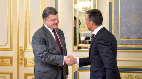 Ukraine's President Petro Poroshenko (L) greets Anders Fogh Rasmussen © Mykola Lazarenko