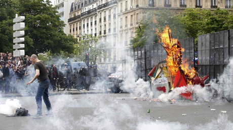 Tear gas fills the air during clashes with French gendarmes and riot police during a demonstration in protest of the government's proposed labour law reforms in Paris, France, May 26, 2016. © Charles Platiau