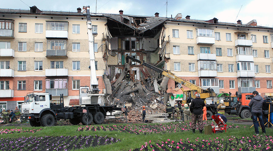 Moment of fatal Siberian apartment block collapse caught on dashcam (VIDEO)