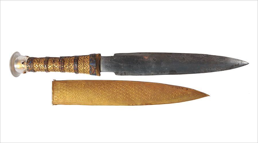 The iron dagger of King Tutankhamun pictured with its gold sheath. ©onlinelibrary.wiley.com