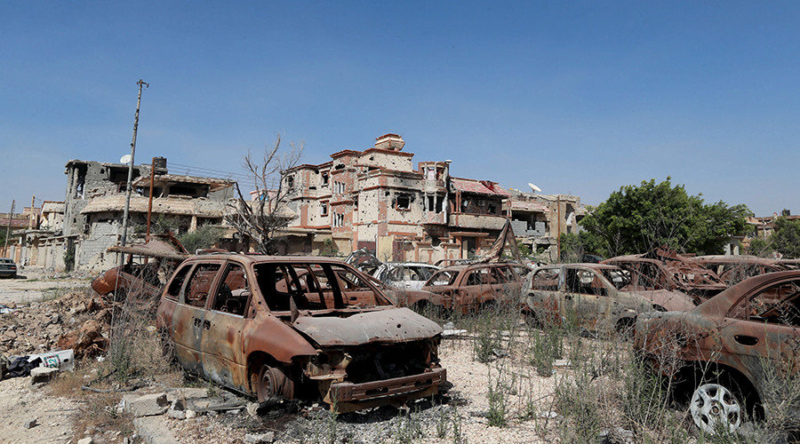 Burnt cars are seen next to buildings damaged during clashes between military forces in Benghazi, Libya April 24, 2016 © Esam Omran Al-Fetori