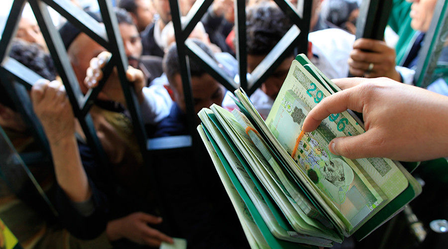 Libyans wait to collect their 500 Libyan dinars at a bank in Tripoli© Ahmed Jadallah