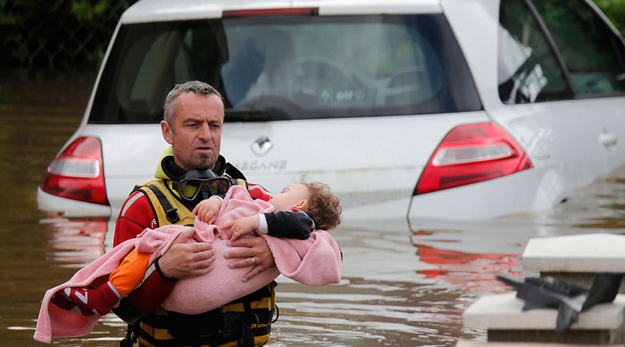 A firefighter evacuates a baby from a flooded area in Chalette-sur-Loing, near Orleans, France © Christian Hartmann