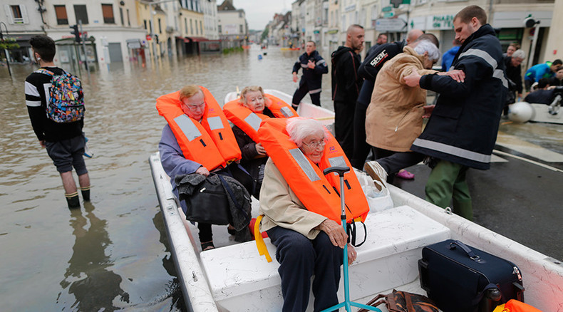 Residents in Nemours, near Orleans, France, await evacuation from floods © Christian Hartmann