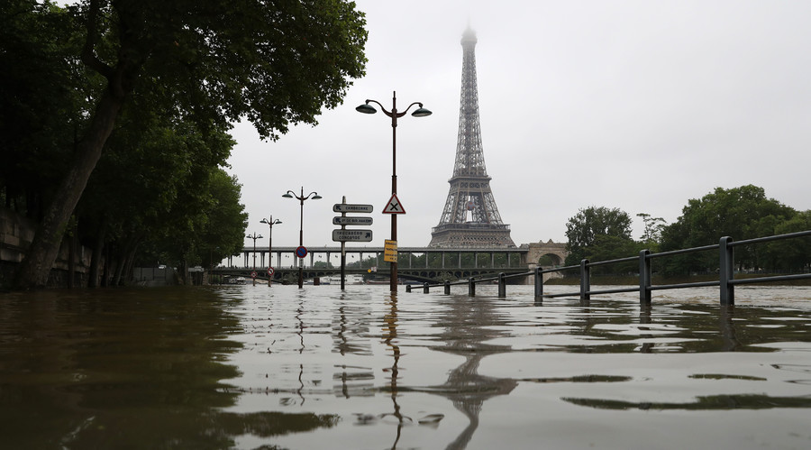 French deluge: Louvre closes down, thousands flee homes amid state of emergency