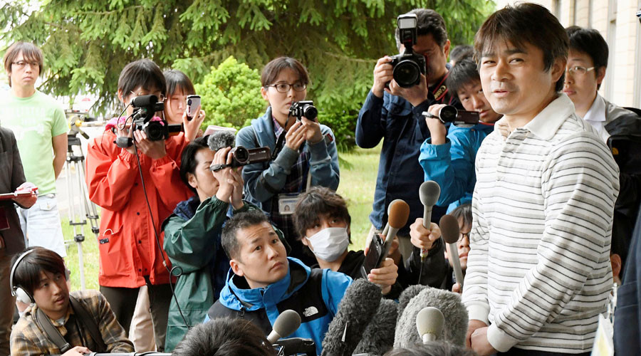 Takayuki Tanooka (R), father of 7-year-old boy Yamato Tanooka who went missing on May 28, 2016 after being left behind by his parents, was found alive, speaks to the media in Hakodate on the northernmost Japanese main island of Hokkaido, Japan © KYODO