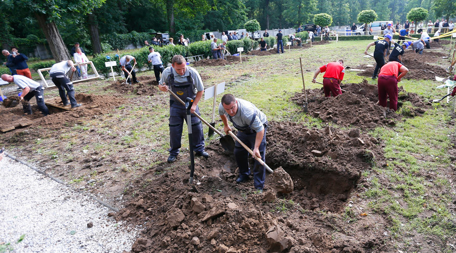 Gravediggers take part in the first Hungarian grave digging championship in Debrecen, Hungary, June 3, 2016 © Laszlo Balogh