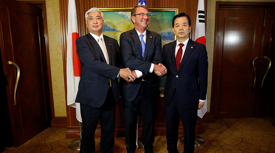 U.S. Secretary of Defence Ash Carter meets with South Korea's Minister of Defence Han Minkoo (R) and Japan's Minister of Defence Gen Nakatani for a trilateral at the IISS Shangri-La Dialogue in Singapore June 4, 2016. © Reuters