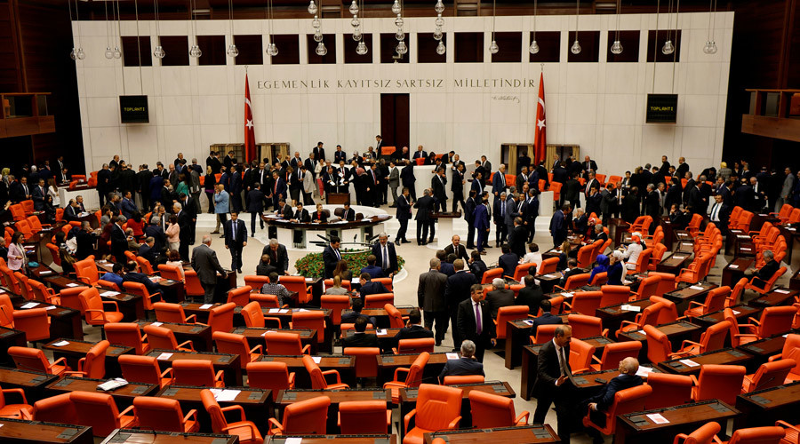 Turkish lawmakers attend a debate at the Turkish parliament in Ankara, Turkey © Umit Bektas