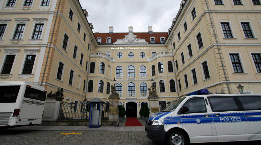 A police car passes in front of the Hotel Taschenbergpalais Kempinski, Dresden © Fabrizio Bensch