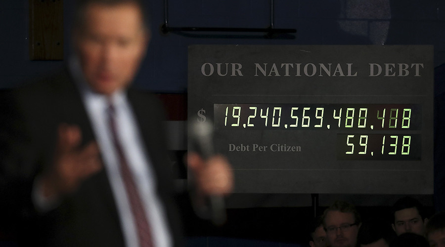 Governor of Ohio John Kasich speaks in front of a National Debt Clock © Carlo Allegri
