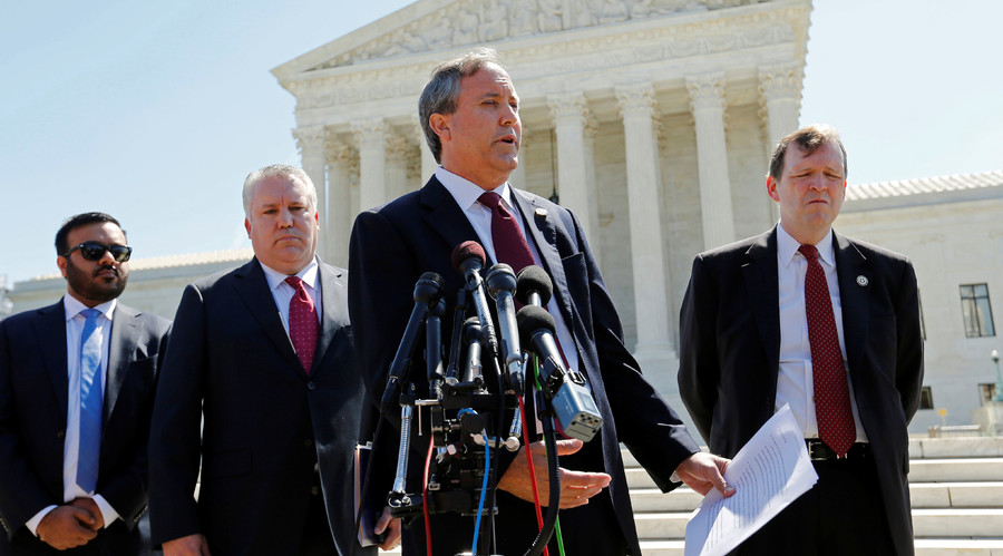 Texas Attorney General Ken Paxton (2nd R) holds a news conference at the Supreme Court building in Washington, U.S. June 9, 2016. © Jonathan Ernst