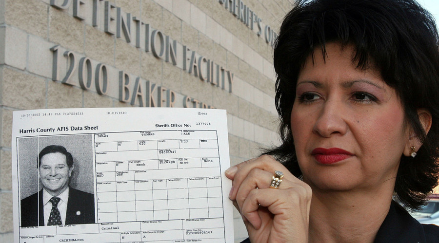Harris County Sheriff's Deputy Lisa Martinez Congressman Tom DeLay's computerized booking record outside the Harris County jail October 21, 2005 in Houston. © Richard Carson