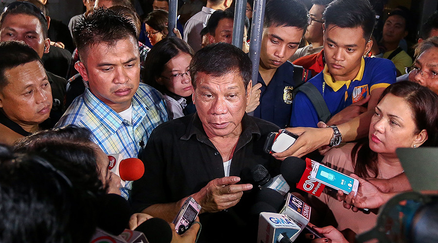 Philippines' president-elect Rodrigo Duterte (C) speaks to journalists in Davao City © Manman Dejeto