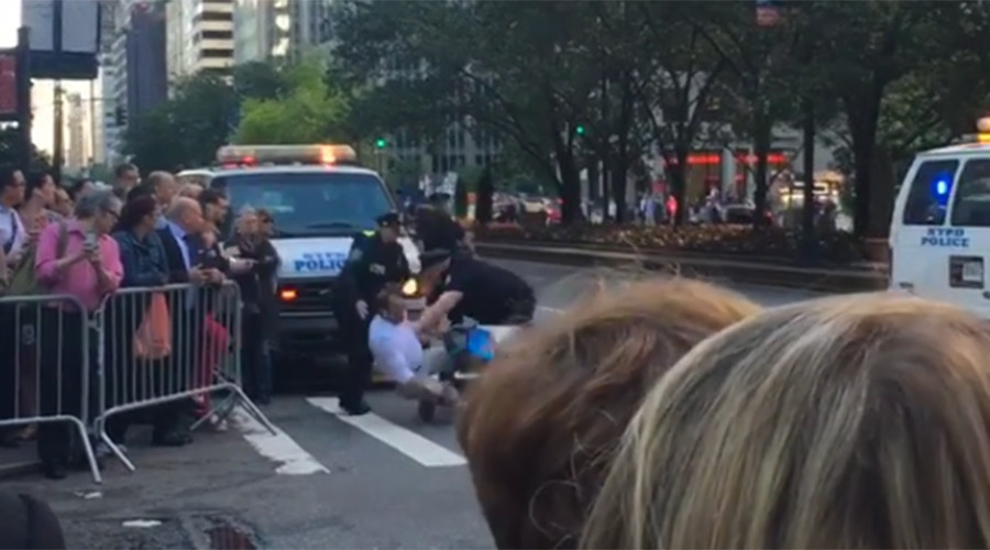 NYPD tackle stunned city cyclist for approaching Obama motorcade (VIDEO)