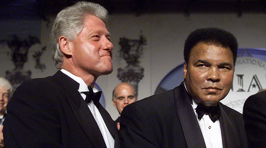 FILE PHOTO: U.S. President Bill Clinton (L) greets Muhammed Ali (R) at the National Italian American Foundation Anniversary Award dinner in Washington October 28, 2000 © Reuters