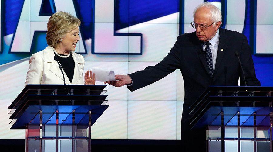 Democratic U.S. presidential hopeful Hillary Clinton and Senator Bernie Sanders (R)  © Lucas Jackson