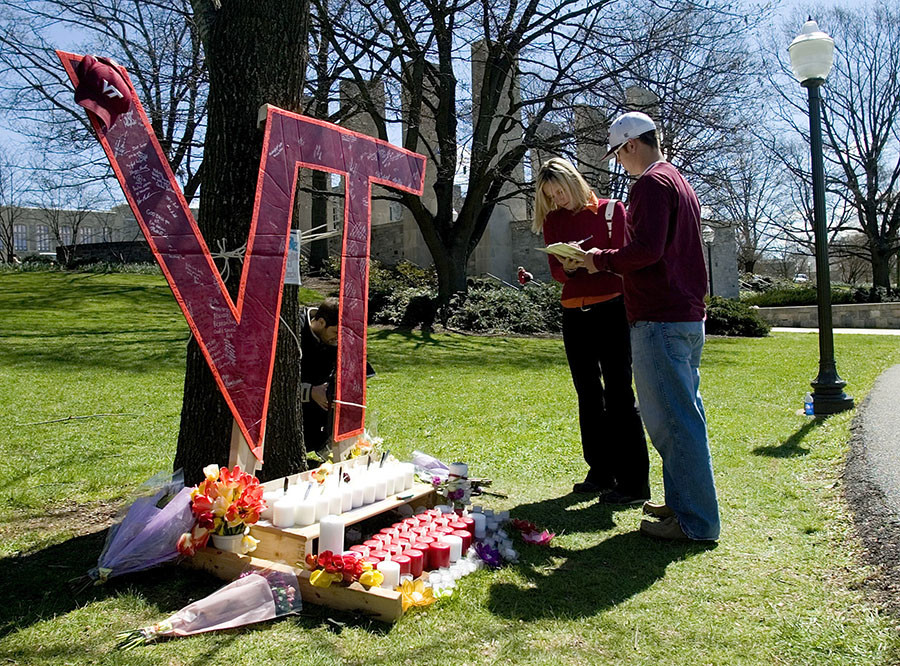 Virginia Tech students sign a book in memory of those killed on the campus of Virginia Tech in Blacksburg, Virginia, April 17, 2007. © Chris Keane