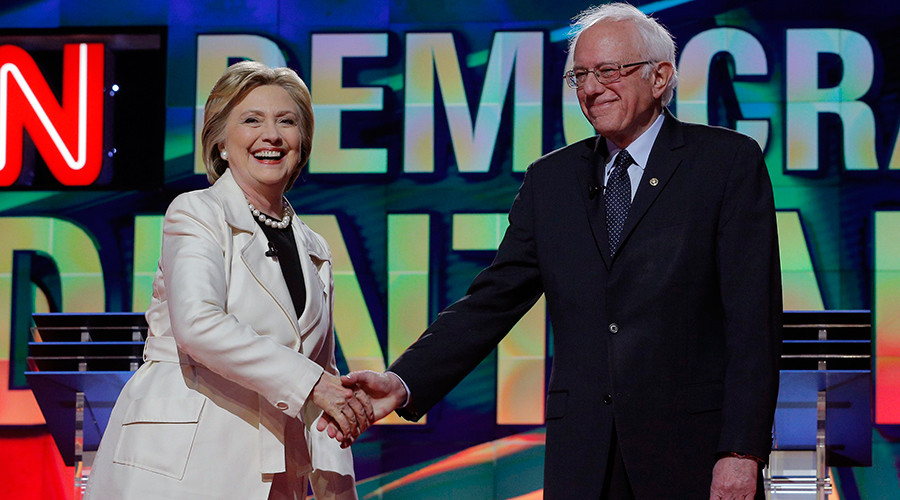 Democratic U.S. presidential candidate and former Secretary of State Hillary Clinton (L) shakes hands with Senator Bernie Sanders © Brian Snyder