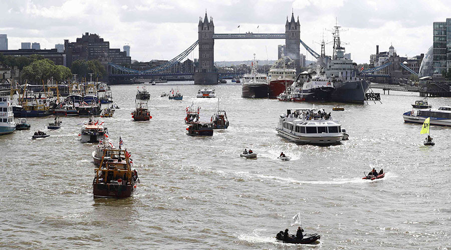 A flotilla of fishing vessels campaigning to leave the European Union sails up the river Thames in London, Britain June 15, 2016. © Stefan Wermuth