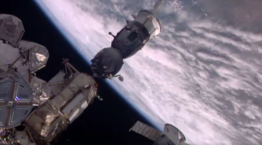 3-man Space Station crew comes back to Earth, as Soyuz ...