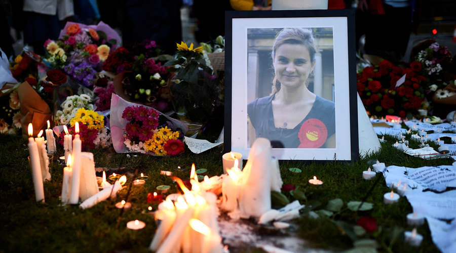 Mourners leave candles in memory of murdered Labour Party MP Jo Cox, who was shot dead in Birstall, during a vigil at Parliament Square in London, Britain June 17, 2016. © Dylan Martinez