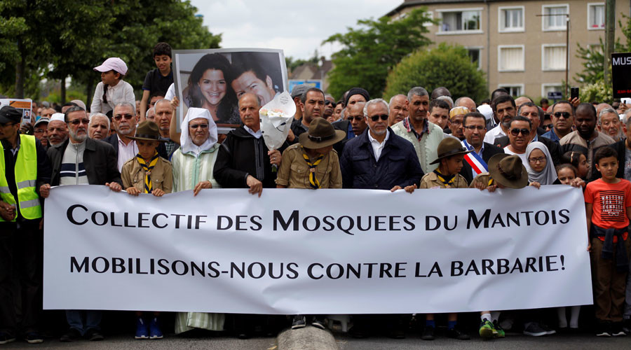 Members of the Muslim community march on June 19, 2016 in Mantes-la-Jolie, in memory of the police officer and his partner stabbed to death on June 13 by an ISIS extremist © Eliot Blondet