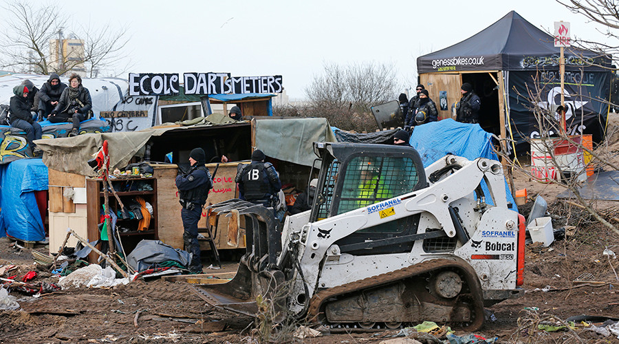 Calais 'Jungle' migrants block motorway in violent confrontation with French police