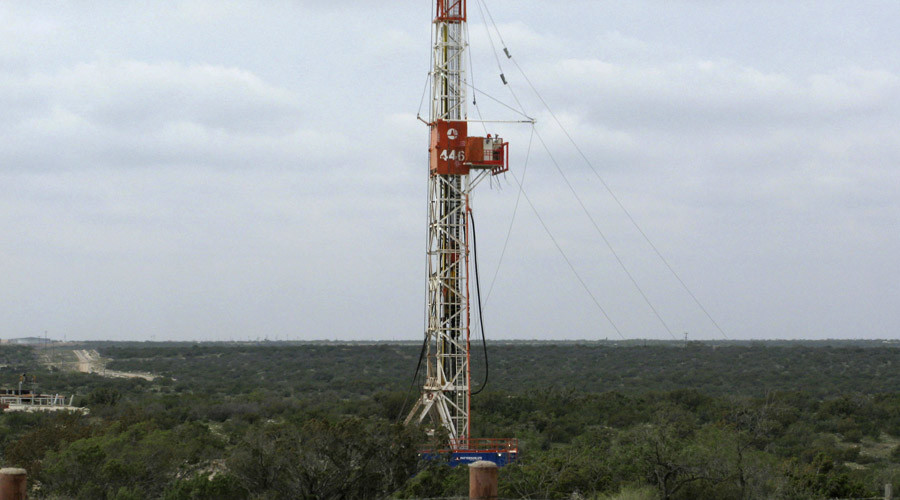 A rig contracted by Apache Corp drills a horizontal well in a search for oil and natural gas in the Wolfcamp shale located in the Permian Basin in West Texas © Terry Wade