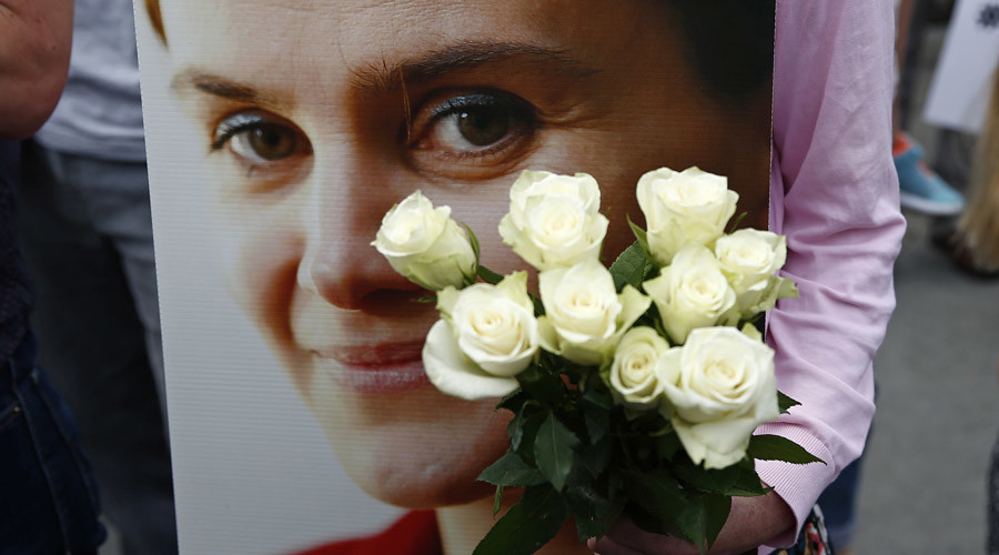 A woman holds a placard and white roses during a special service for murdered Labour Party MP Jo Cox, at Trafalgar Square in London, Britain June 22, 2016. © Peter Nicholls
