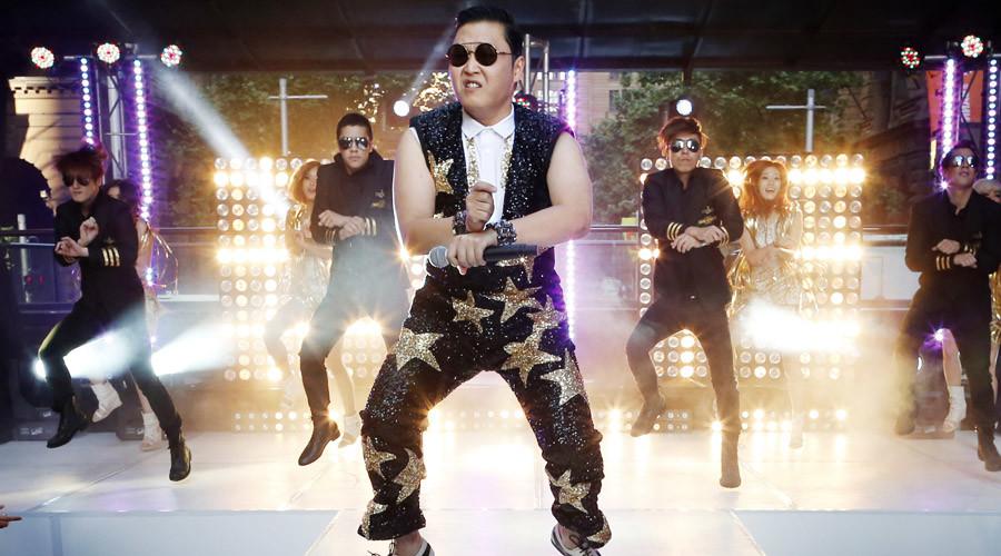 "South Korean singer Psy performs his hit ""Gangnam Style"" in central Sydney  © Tim Wimborne"
