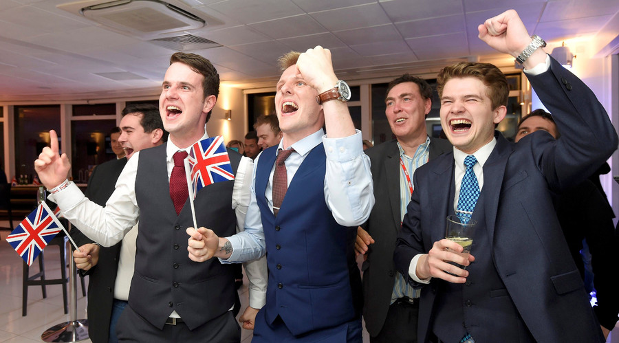 Leave supporters cheer results at a Leave.eu party after polling stations closed in the Referendum on the European Union in London, Britain, June 23, 2016. © Toby Melville