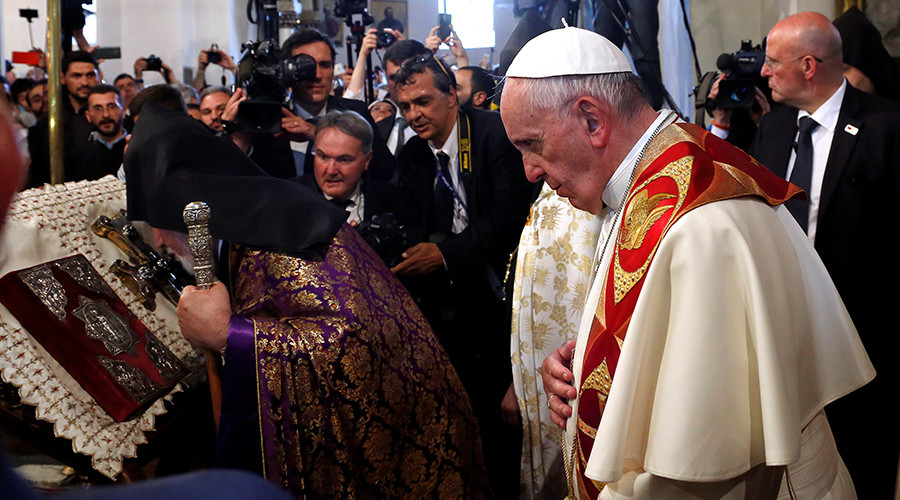 Pope Francis (R) and Catholicos of All Armenians Karekin II arrive at the apostolic Cathedral in Etchmiadzin, Armenia, June 24, 201 © Alessandro Bianchi