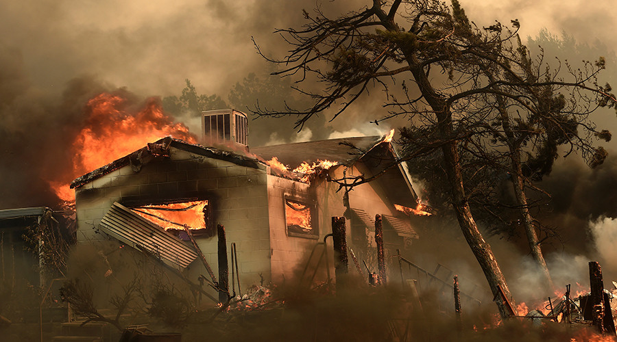 Flames from the Erskine Fire engulf a home near Weldon, California, U.S. June 24, 2016 © Noah Berger